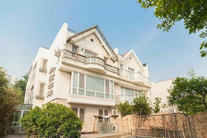 青岛市南奥帆海边高端别墅整栋400平~出门就是大海(私家菜园、停车位、阳光房、观景平台、厨房、池塘)