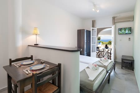 Twin room with kitchenette and sea view