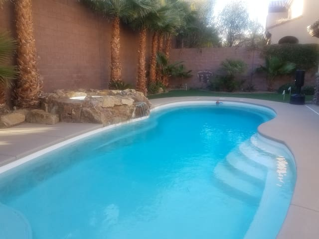 Room in beautiful home w/pool and private bathroom - Henderson - House