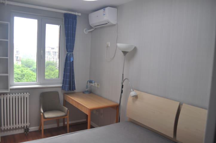 独立卧室,写字桌,窗外可以远眺西山。