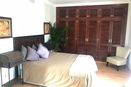Habitación con baño privado con ducha y bañera y terraza privada
