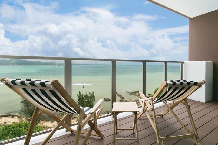 沖縄モダンリゾートスタイルのリビングルームからの景色