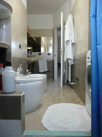 Bagno moderno con disposizione originale di ogni accessorio, compresi i sanitari in diagonale....