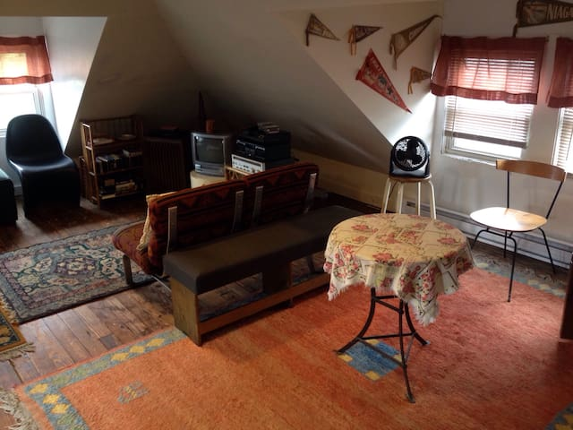 Large Private Attic in Shared House - Asbury Park - Huis