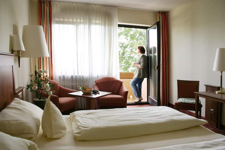 Weinhotel Rose (Volkach), Superior Doppelzimmer mit Balkon und Gartenblick