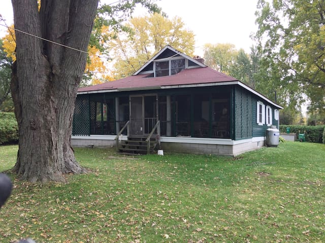 Traditional Green Cottage: Lake Simcoe Holiday