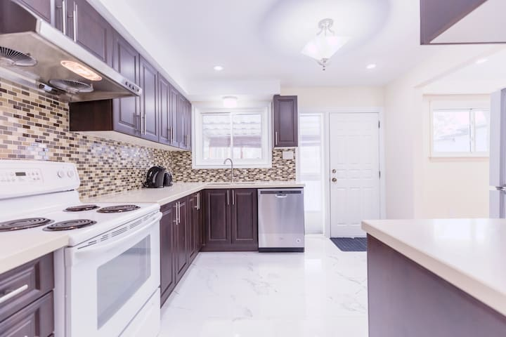 Charming & Modern TWO Bedroom Home for 4 - 5