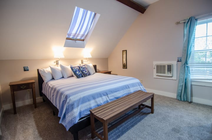 Private King Room in Downtown Shelburne B&B, Breakfast! FLE