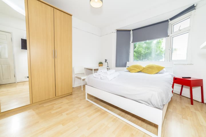 Bright double bedroom in Lingwell Road by Allô Housing