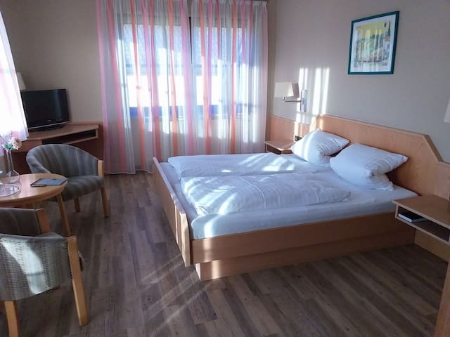Braun Weingut und Hotel (Volkach), Helles Doppelzimmer mit WLAN
