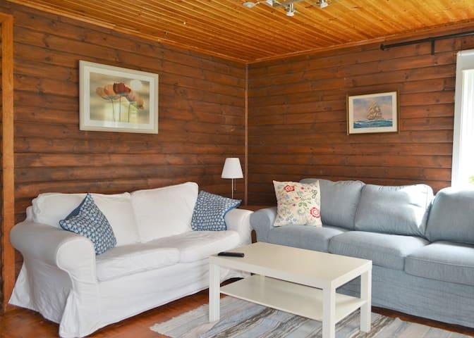 K45 Mackenzie Cottage - Living Room