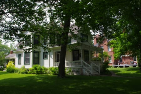 Charming Historic Victorian Home (Beaver Dam Lake)