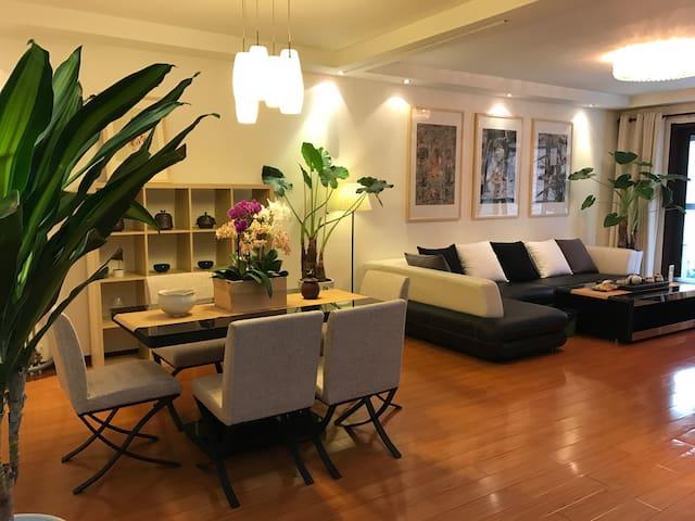 新房源!市中心,2分钟上地铁,5分钟到鼓楼,对面即是机场巴士,高档三居公寓 - Xian Shi - Apartment