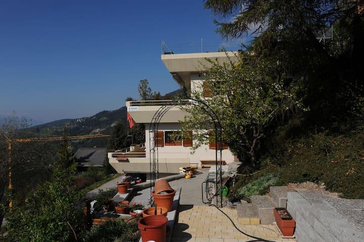 Casa in splendida posizione con vista sulle montagne.