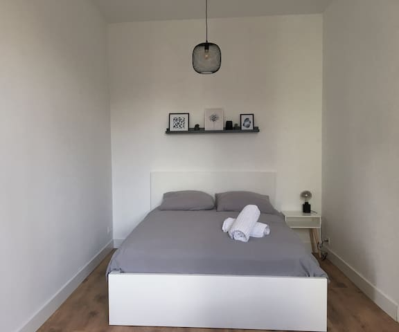 Comfy & renovated room in apt 15min to city centre