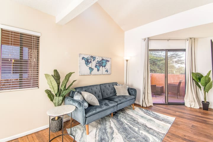 King Bed Condo with High Ceilings, near UofA
