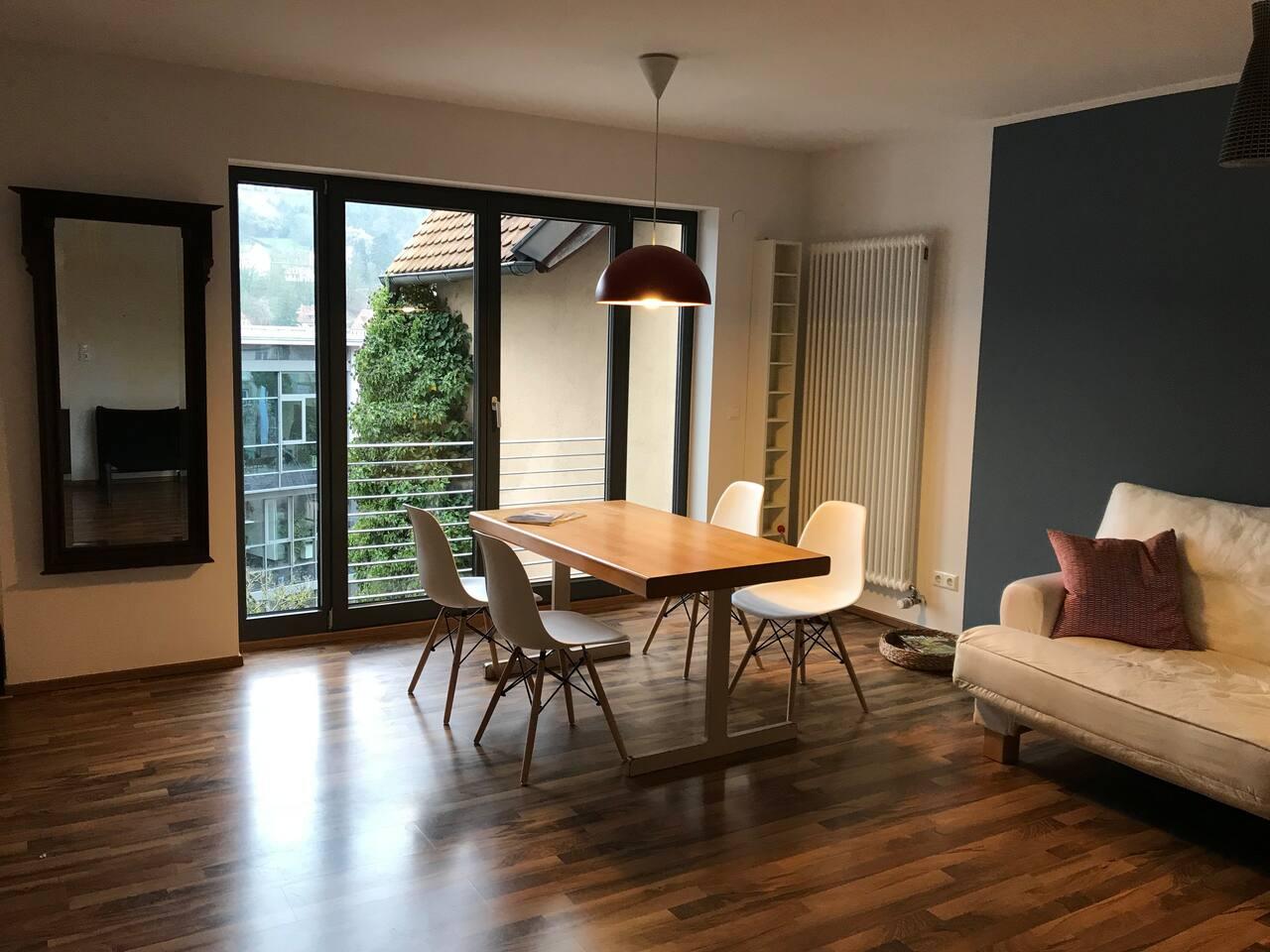 Das helle Wohn-/Esszimmer mit großer Verglasung nach Westen.