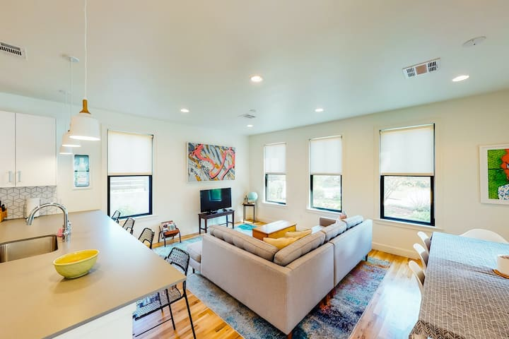 Lovely East Austin modern home close to downtown with rooftop deck!