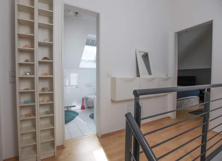 Super-sauber: Tolles Privat-Zimmer mit Bad im DG