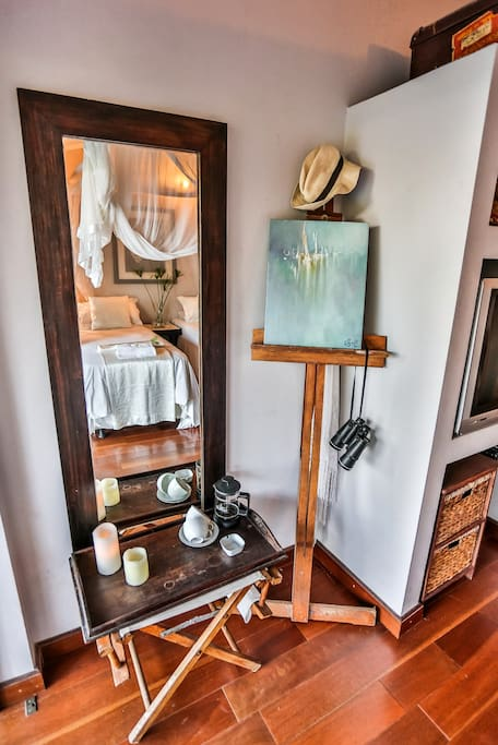 Ndovu Room - Easel and mirror
