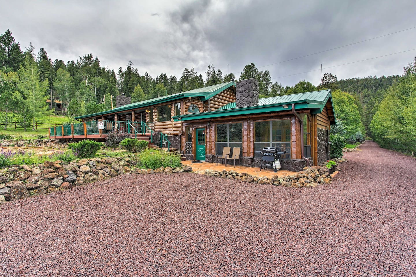 This vacation rental cabin has 2 bedrooms, 1 bathroom, and can sleep 6.