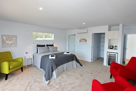 Aotea Bed and Breakfast. Brand new. Close to Town. - Coromandel