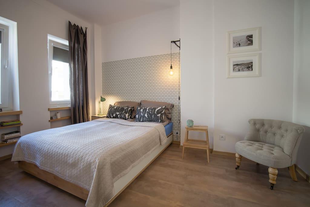 Sypialnia z dużym wygodnym łóżiem