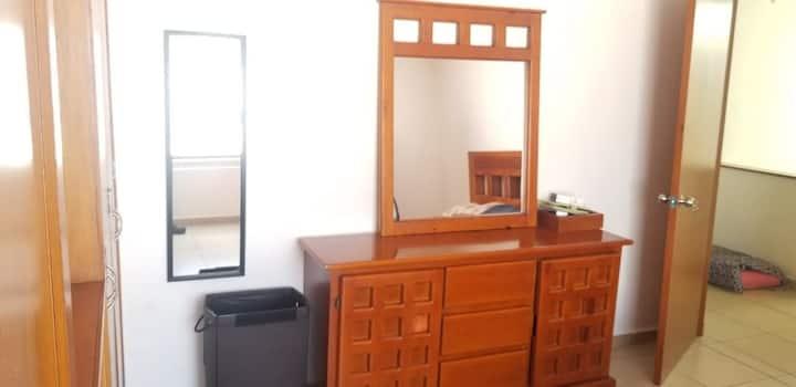 habitación con baño privado en zona residencial