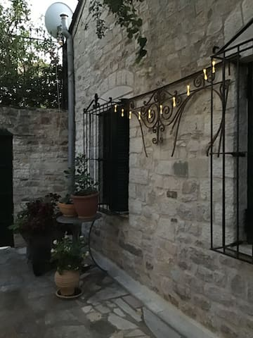 Cozy Central Courtyard Home (By The Lake)