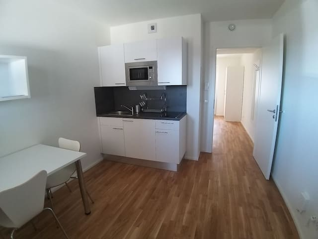 Entire Place w/Balcony - close to Airport/Messe