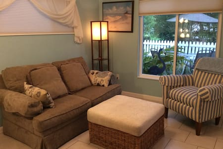 Pet-Friendly Two-Bedroom Yellow Hibiscus Cottage - Σπίτι
