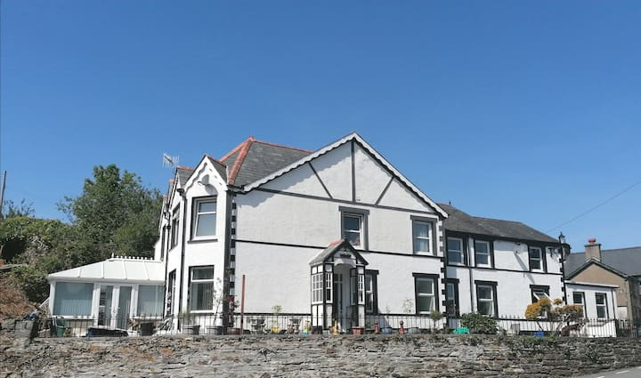 Portmeirion & Snowdonia Park Apt + Parking