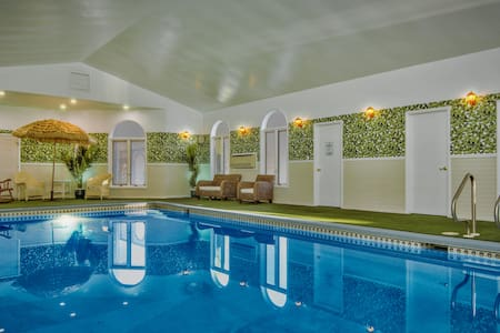 Private heated Indoor pool and XL outdoor hot tub