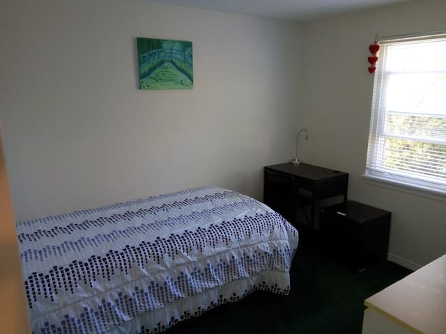Quiet cozy room close to downtown Toronto