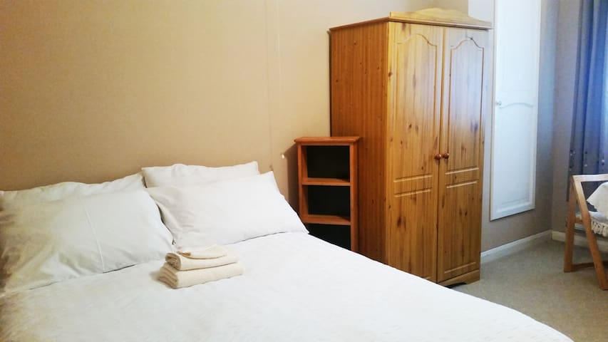 Spacious double room, guests bathroom & free WiFi