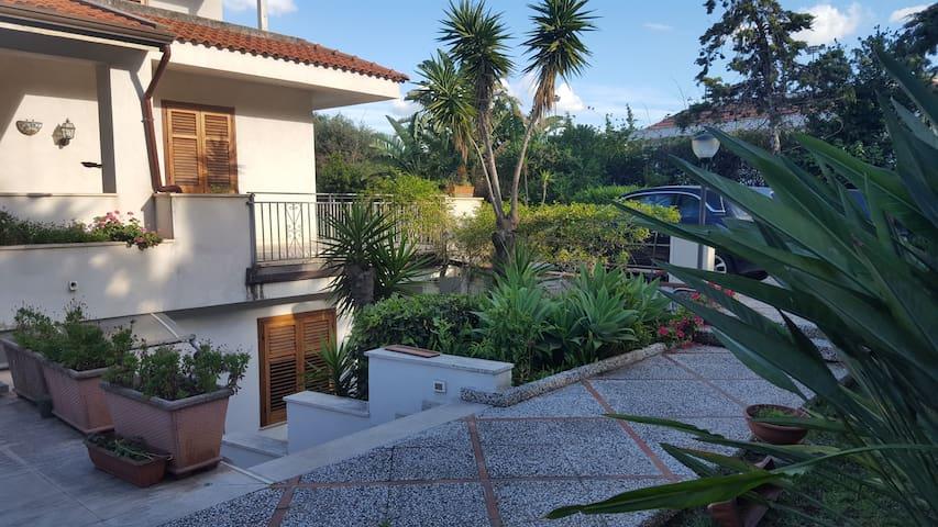 *Casa vacanze Villa Flores*