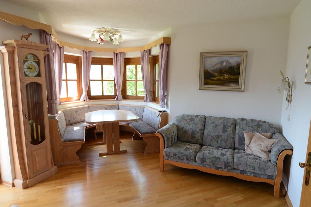 Das gemütliche Wohnzimmer mit Erker