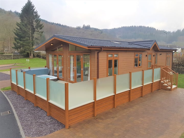 Luxury Lodge in Hendre Rhys Gethin with Hot Tub