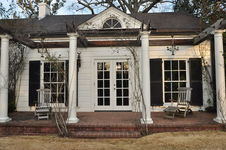 Charming Guest Cottage - LaGrange