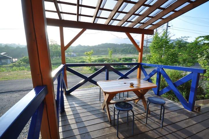 クリスマスコテージ青ログの屋外デッキ。BBQできます。眺めのいい景色ですので朝日を浴びながらの朝食が最高です。