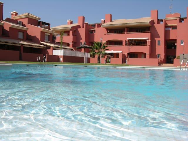 Casa adosada con patio y parking, vista piscina