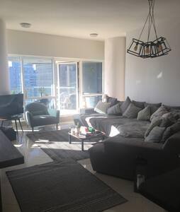 Charming apartment in jlt, - Dubai - Pis