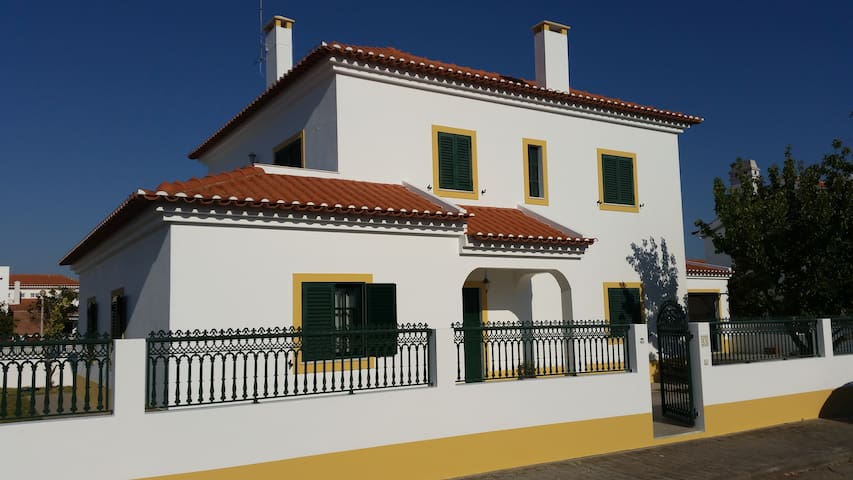 Moradia T3, Familar - Santiago do Cacém - House