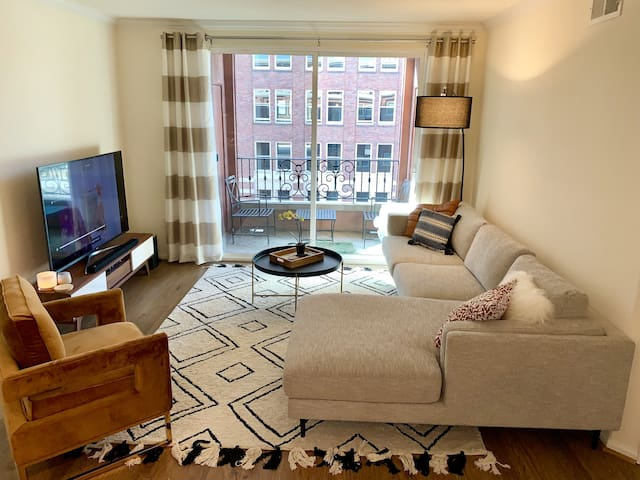 Cozy Master Bedroom in Downtown's Fashion Dstrict