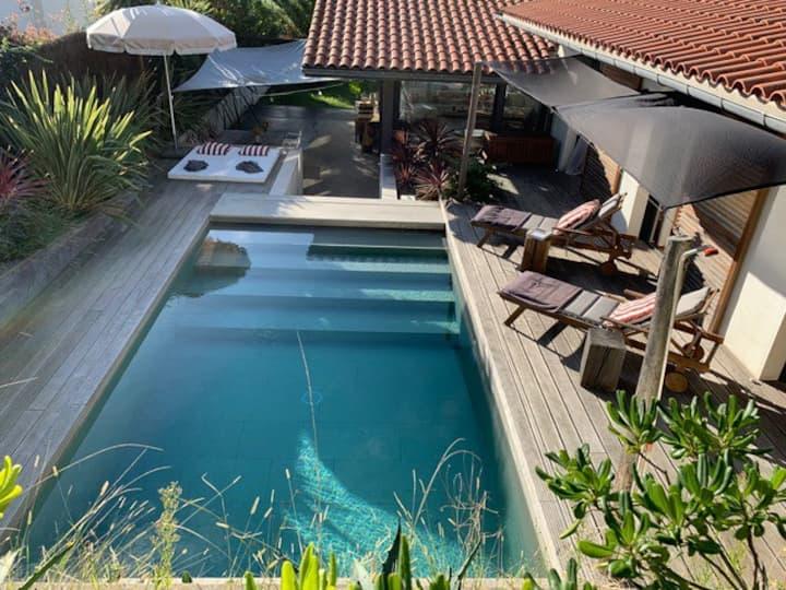 Jolie maison contemporaine avec jardin et piscine