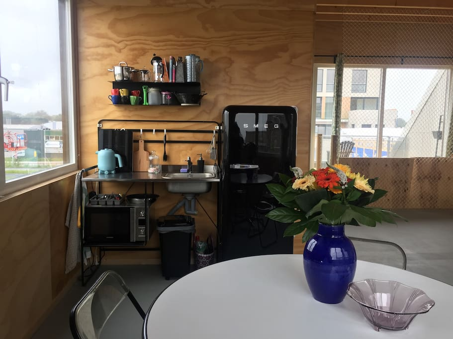 kitchen with fridge, microwave, watercooker