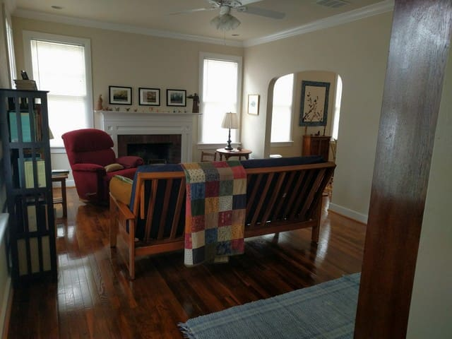 Spacious Room in Historic Downtown Cottage - Gainesville - Casa