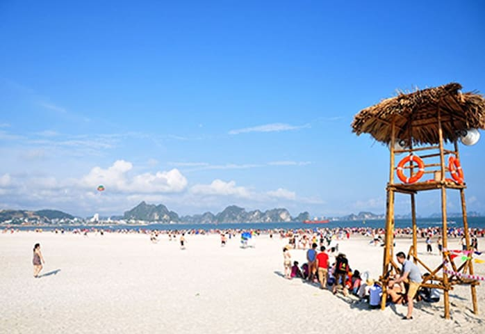 Bai Chay beach, very famous beach with white sand, blue water and a lot of fun activities, 5 minutes from our home.