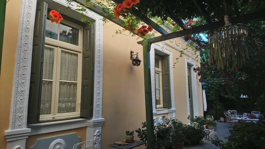 Alexandra's Mansion Near the West Beach No2