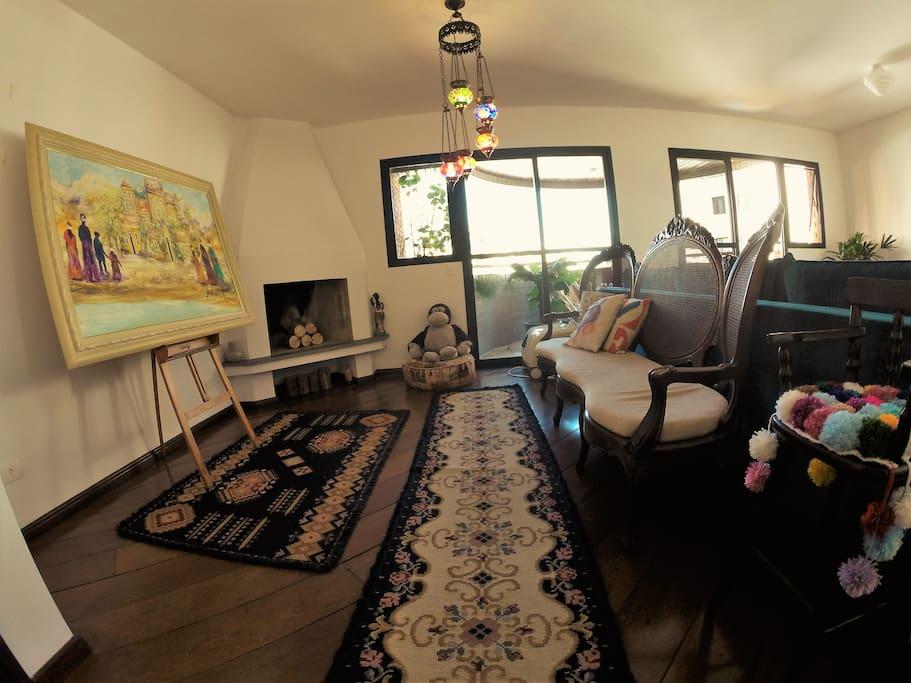 Sala confortável com vários ambientes